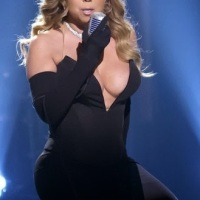 43 Year Old Mariah Carey Exposes Major Cl*avage While Performing On Stage